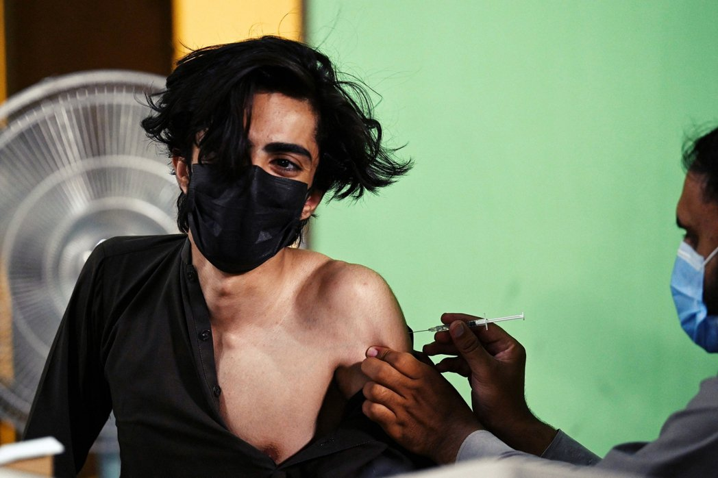 6月份在巴基斯坦接種中國疫苗的少年兄。 圖/法新社