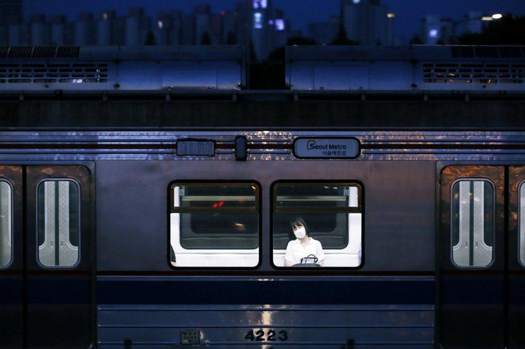 示意圖。2015年韓國地鐵9號線,一名男子疑似在地鐵偷拍女性,雖然最後警方並未在...