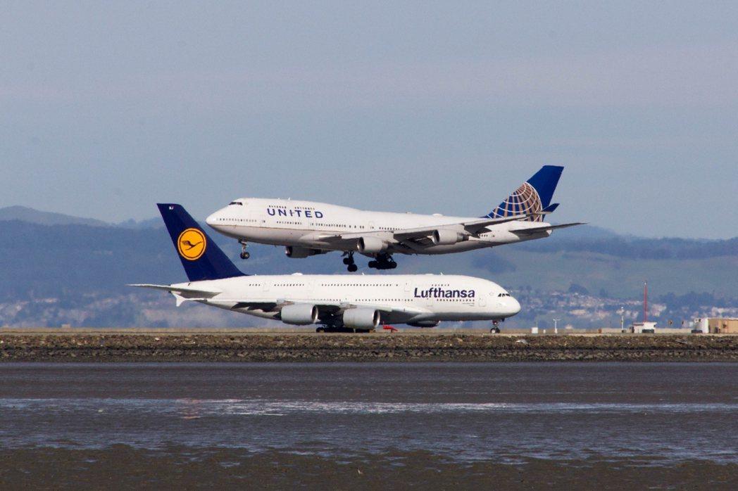 圖為2015年美國舊金山機場,擦肩而過的兩架空中霸者之作——波音747(聯合航空...