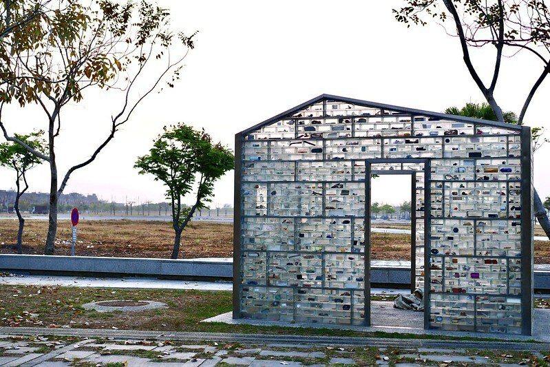 《日常/梁美萍》 香港藝術家梁美萍將一塊塊玻璃磚堆疊成的透明屋子,玻璃磚內放的是居家生活的用品,而這些日常用品都是嘉義居民所提供的(生活記憶)!其中還包括亞洲其他國家的磚塊、土壤,傳達嘉義與亞洲文化的共時性。