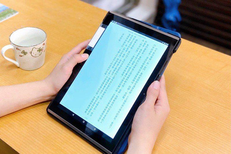 博客來文化事業部部長張靜如指出,5月後電子書大賣超過六成,不少民眾因應居家防疫新生活狀態,使用新的載體看書。圖/新竹市政府提供