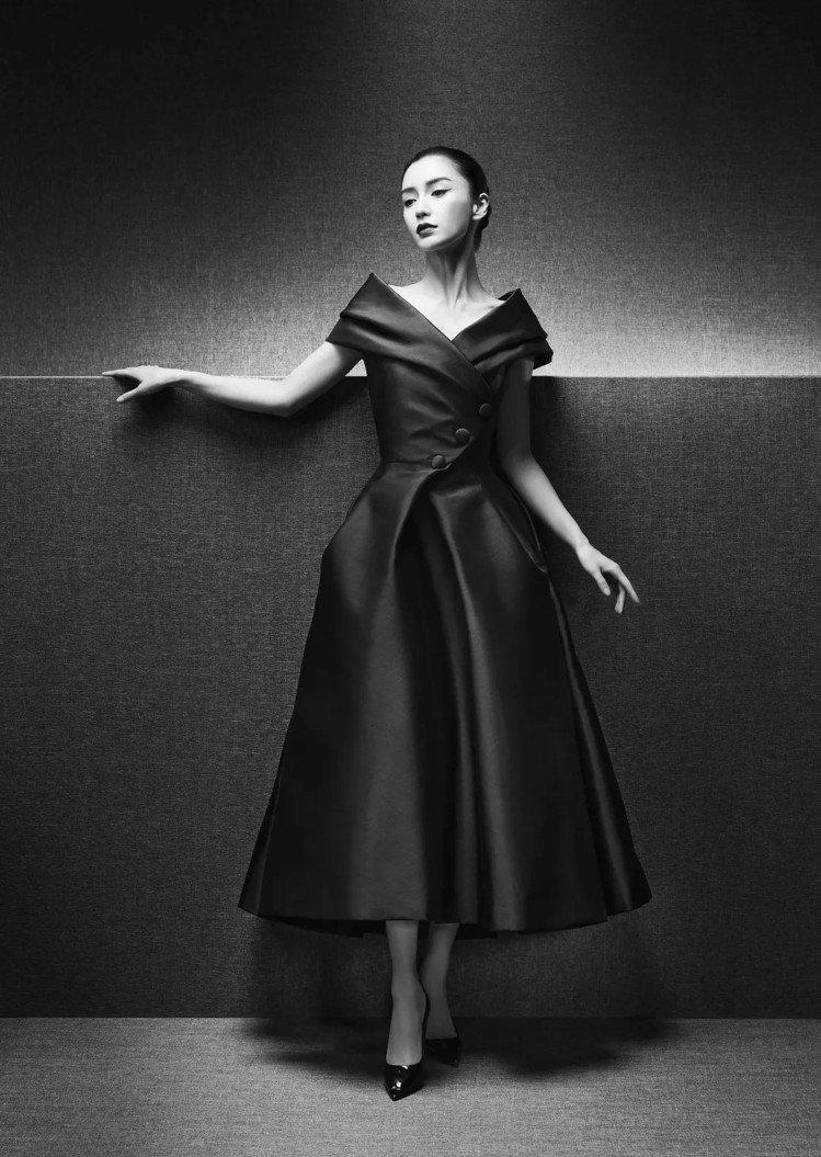 1957年春夏高級訂製服Caracas,以前襟交叉的羅緞勾勒Angelababy...