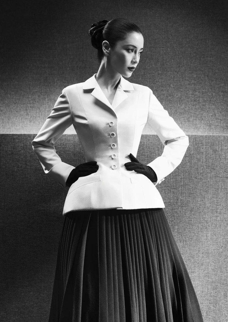 1947年以緊束腰身、柔美肩線強調女性曲線的革命「新風貌」。圖/取自DIOR微信...