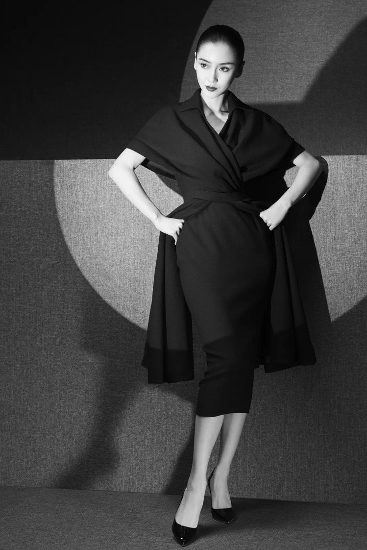Angelababy身穿1950年秋冬高級訂製服,表現典雅曼妙的午後套裝。圖/取...