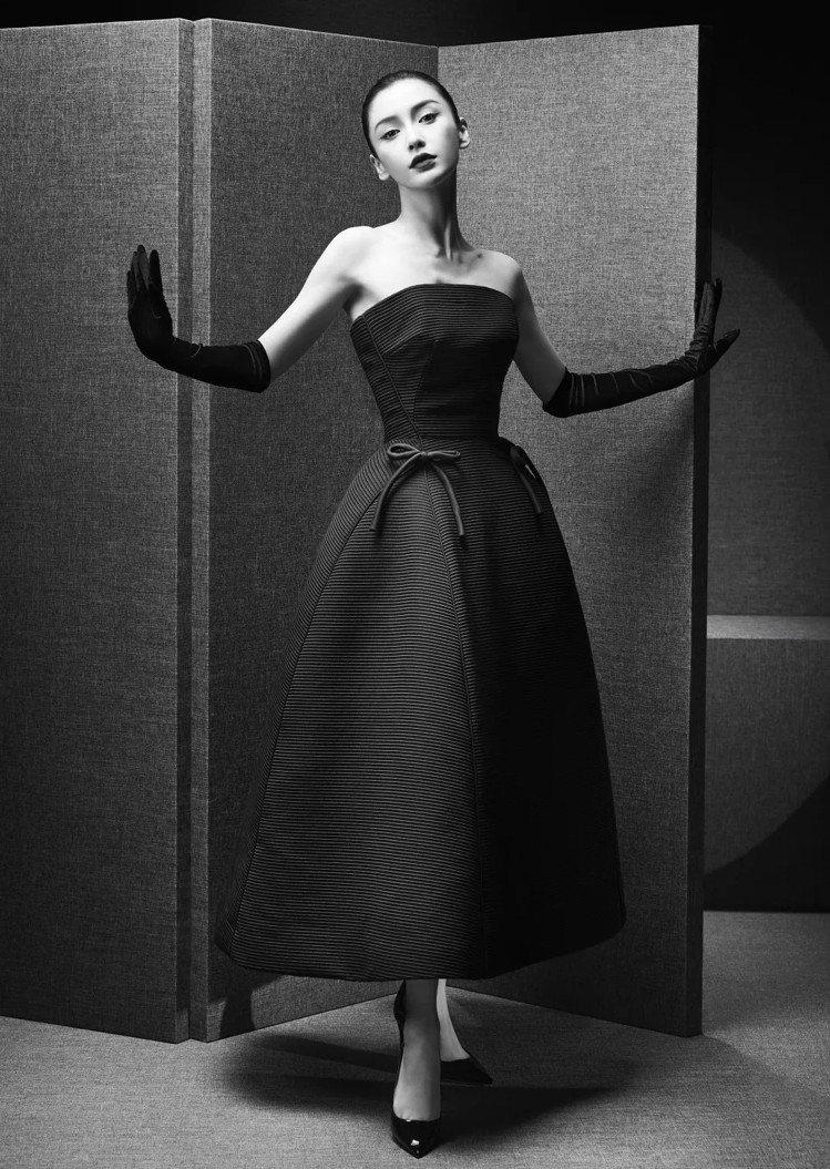 Angelababy身穿以1952年秋冬高級訂製服的「十四行詩」晚禮服,表現建築...