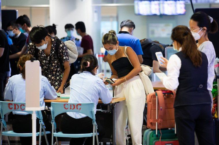 疫情指揮中心指揮官陳時中今(1)日表示,有國人在國外打過疫苗後,能否獲得疫苗通行...