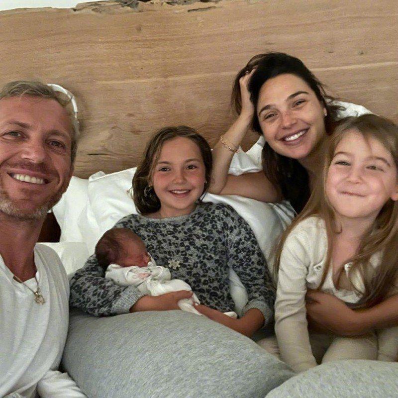 「神力女超人」蓋兒加朵秀全家福,連剛出生的三女兒也赫見其中。圖/摘自IG