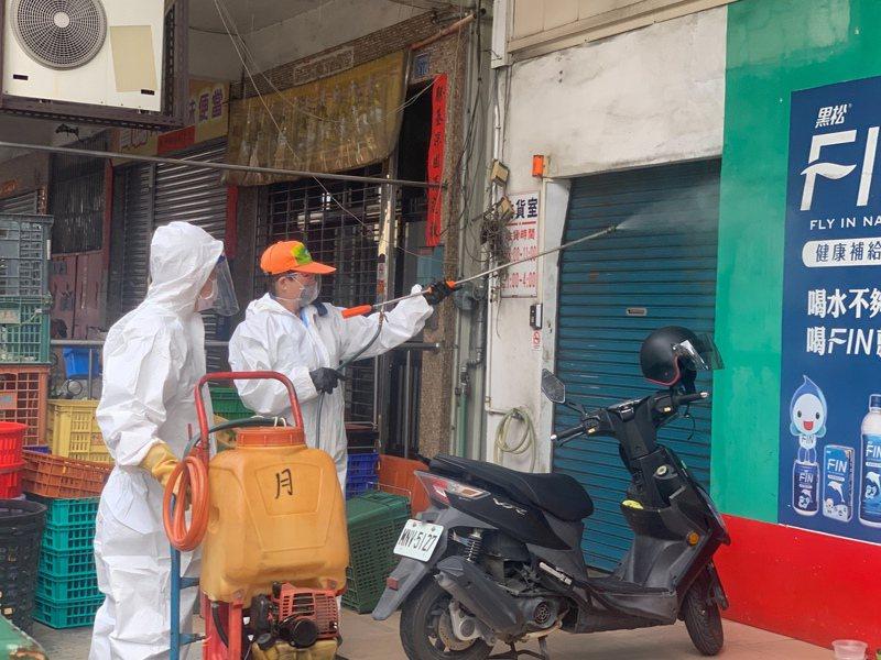 高雄鳳山一處大樓傳出確診,高雄市環保局人員在附近街道、商家進行清消。記者徐如宜/攝影