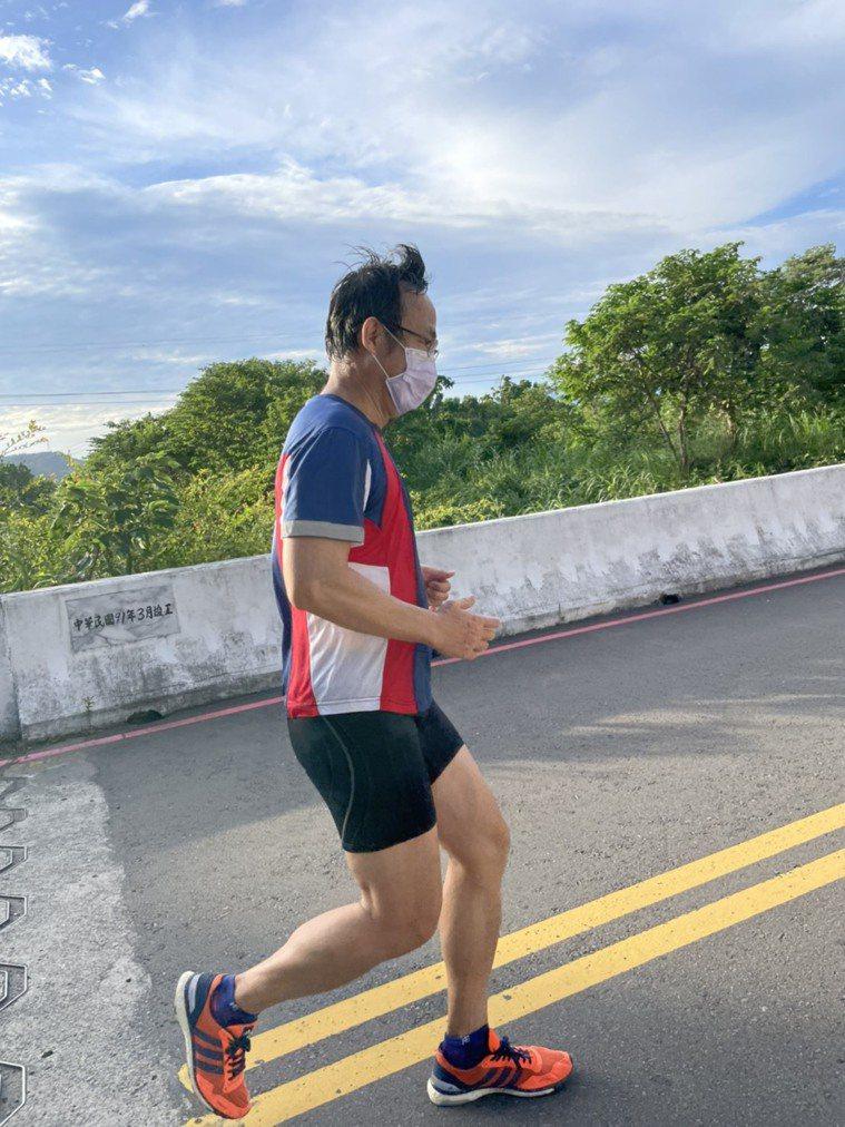 新竹台大分院復健部醫師林孟廷說,戴口罩並不會影響一般健康成人的運動表現,也不會造...
