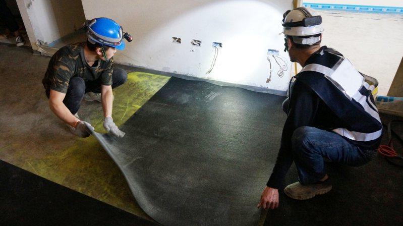 國內建築樓板隔音法規今年一月上路,要求樓下噪音值從75分貝降至58分貝,要靠加鋪隔音材達成。圖/胡登凱提供