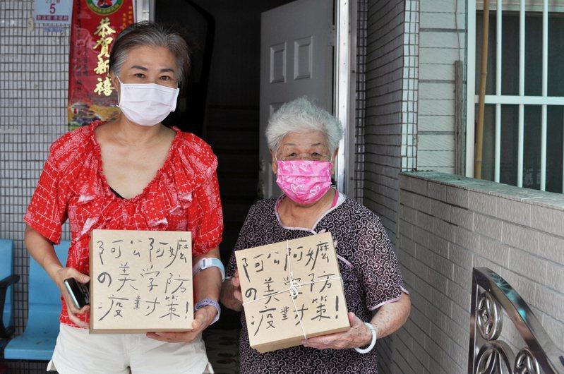 德陽社區的長者收到美學防疫盒時,像是看見自己的孫女上門般雀躍。圖/姚玟提供
