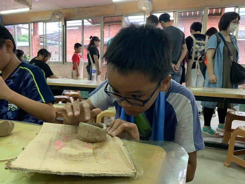 陶瓷博物館小小館長體驗營安排一系列多元充實的課程,包括陶藝創作、導覽解說技能培訓等。圖/苗栗縣文化觀光局提供