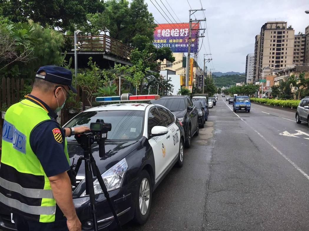 台中市警局交通大隊在上周執行超速取締大執法,開罰破萬件,從今天起延長大執法時間,...