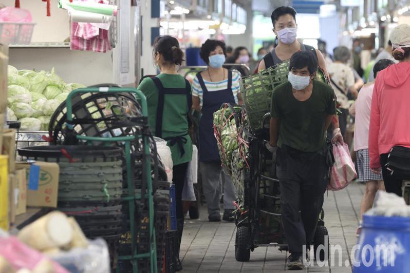 北市府未來可能在台北市批發市場試行「疫苗護照」制度,攤商期待疫情快過能夠恢復正常營運。記者林俊良/攝影