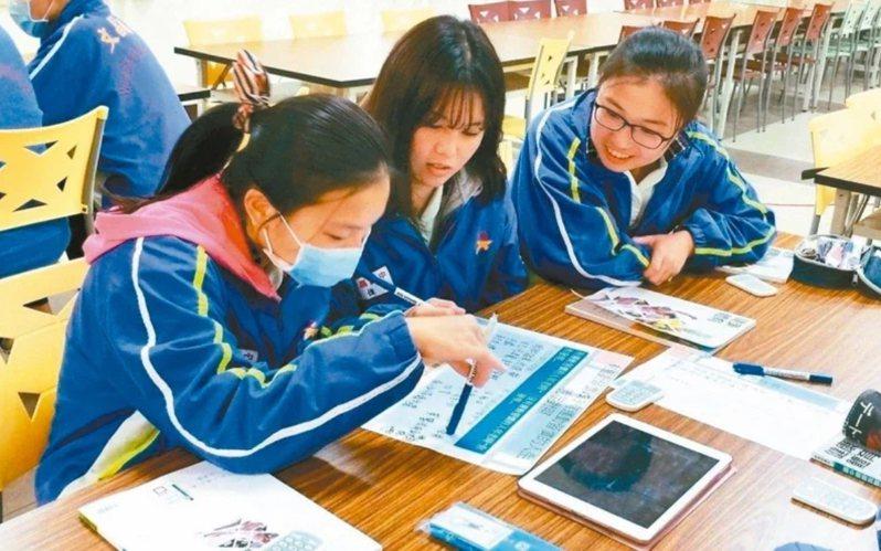 疫情衝擊教學現場,全國學校「停課不停學」,將教室搬上雲端,學習評量也須以多元方式完成。本報資料照片