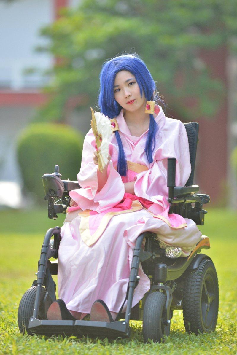 雪莉熱愛cosplay,雖然行動不便,也努力克服困難盡力詮釋扮演的角色。圖/輪椅女孩雪莉提供