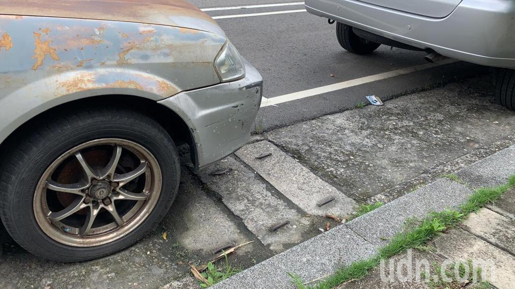 民眾停車習慣會往內側停靠,但其實已經把車停到排水溝上了。記者陳苡葳/攝影