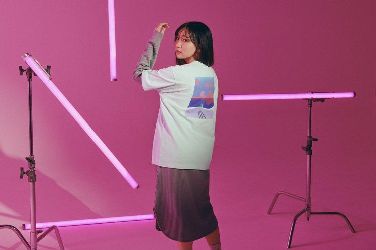UNIQLO聯名YOASOBI UT系列T恤590元。圖/UNIQLO提供