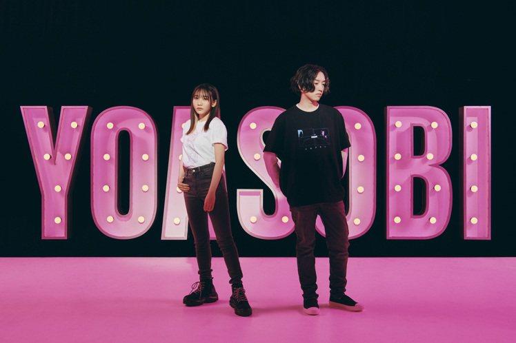 人氣樂團YOASOBI親自演繹與UNIQLO合作的UT系列。圖/UNIQLO提供