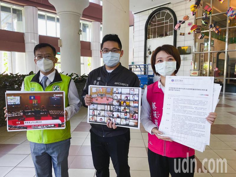 民進黨台南市議員呂維胤(左)、李宗翰(中)、蔡筱薇(右)今天呼籲台南市議會,不論7月12日是否解除三級警戒都應恢復開會,若擔心群聚可採用視訊會議。記者鄭維真/攝影