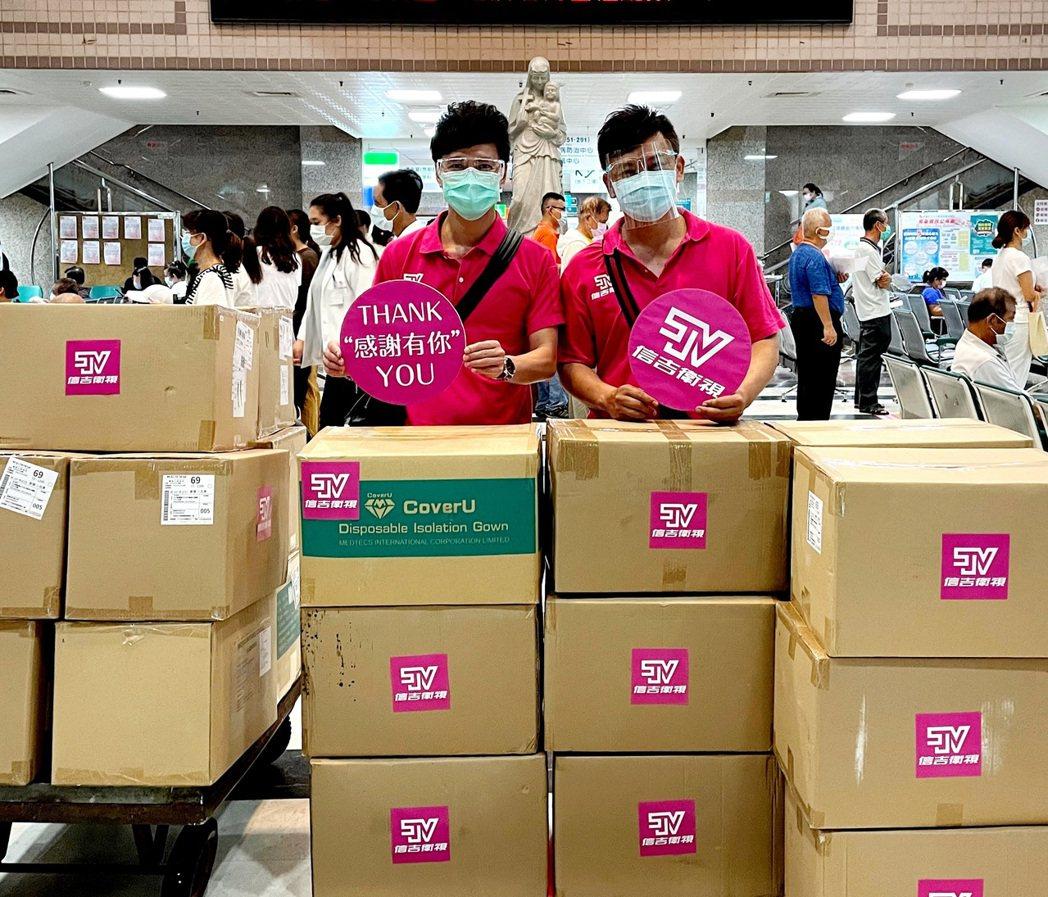 莊振凱(右)、鄔兆邦攜手投入信吉衛視捐贈醫療物資之旅。圖/豪記唱片提供