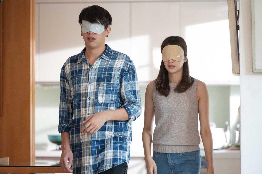 鯰魚哥(左)陪鄭亞做演員特訓。圖/TVBS提供