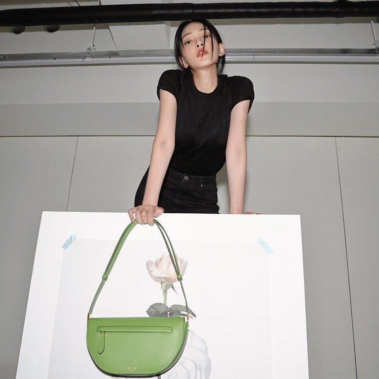 林映唯手提限量沼澤綠小型皮革Olympia包,69,000元。圖/取自IG