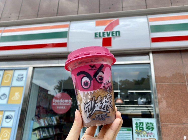 7-ELEVEN推出升級版「刨走族-烏梅風味冰沙」,化應子果肉增量2倍,售價55...