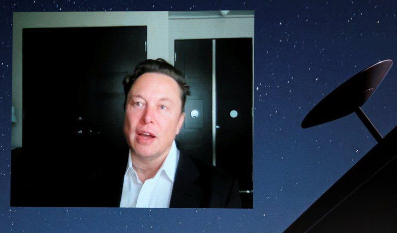 億萬富豪馬斯克29日在世界移動通訊大會(WMC)發表線上演講,公布SpaceX旗下的衛星網路服務「星鏈」的進展,宣稱可望在8月之前開通南北極區外的全球各地寬頻連線。路透