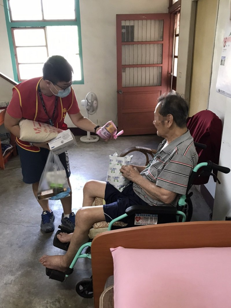 新冠疫情嚴峻,華山基金會在苗栗地區服務弱勢孤老不打烊。圖/華山基金會提供