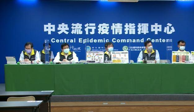 中央流行疫情指揮中心記者會,第一排由左到右發言人莊人祥、疫情監測組組長周志浩、指...