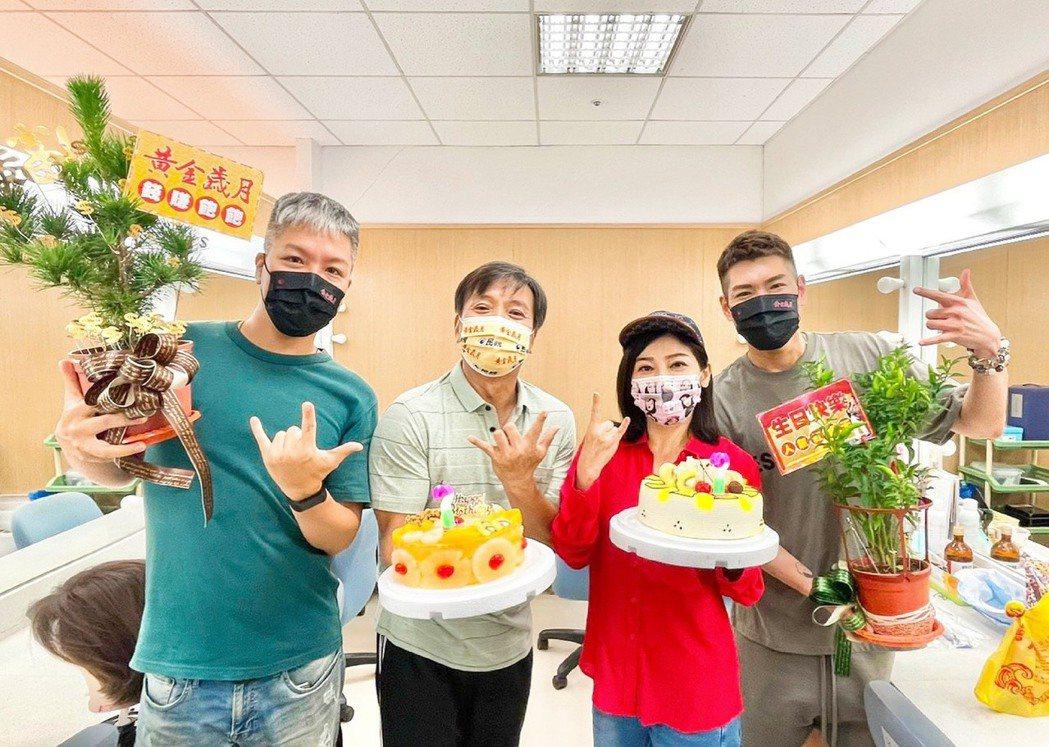 王中平(左二)過生日,阿甘(左起)、王彩樺、小路送上盆栽、蛋糕慶生。圖/民視提供