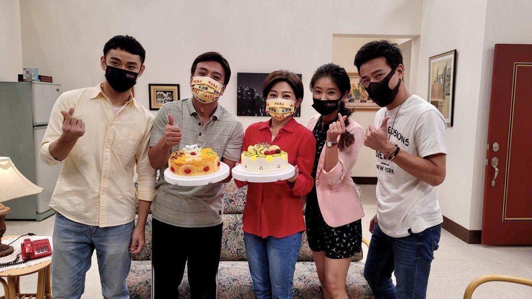 潘柏希(左起)、王彩樺、葉家妤、傅子純開心為王中平慶生。圖/民視提供
