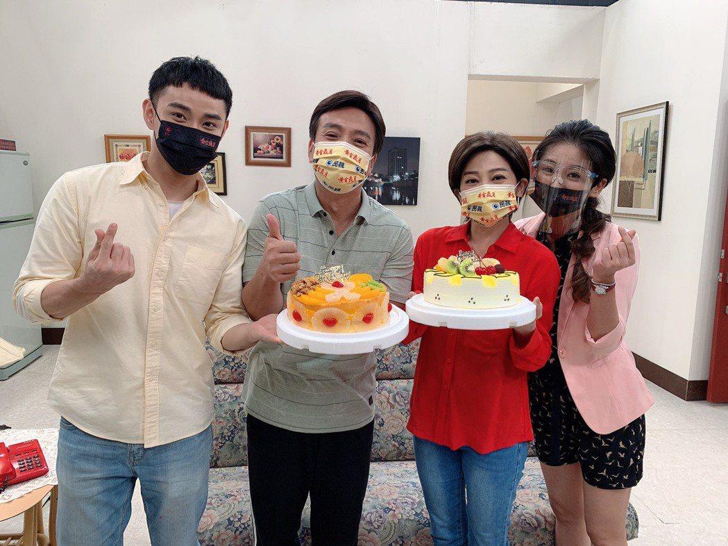 葉家妤(右起)、王彩樺、王中平、潘柏希在「黃金歲月」中飾演一家人。圖/民視提供