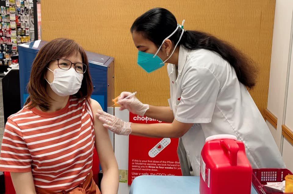 周玉琴(左)到美國接種輝瑞疫苗。圖/摘自臉書