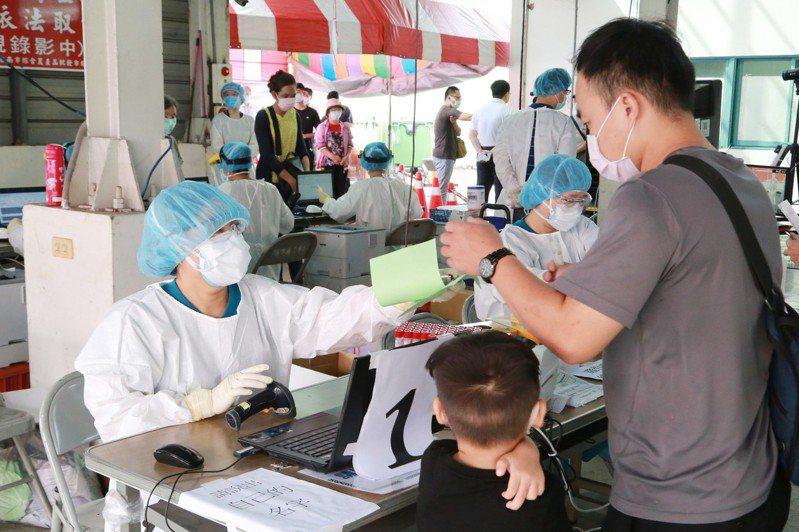 台南市長黃偉哲今天前往安南區果菜市場篩檢站關心篩檢情況。圖/市府提供