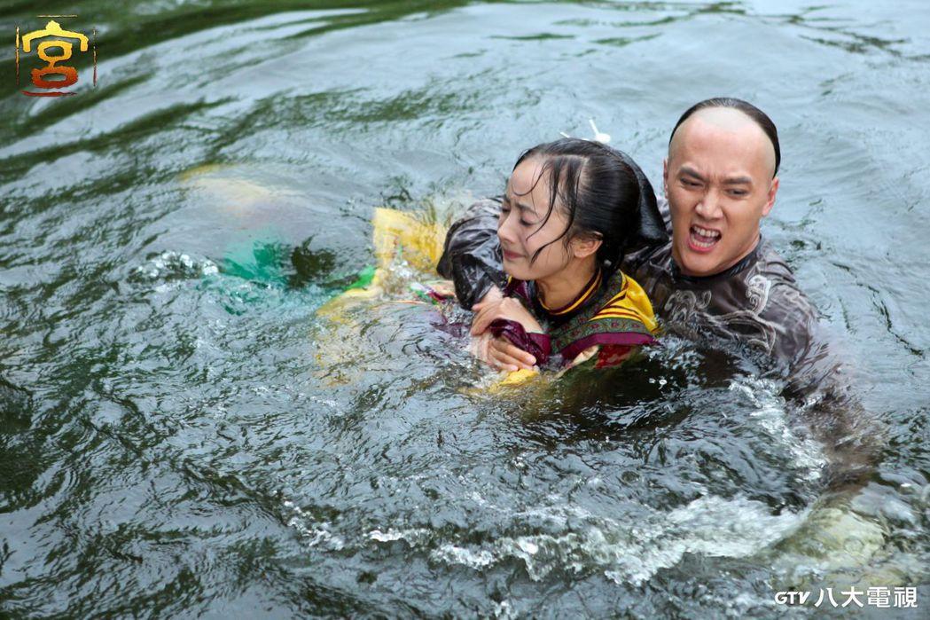 馮紹峰在「宮」劇中(右)搶救落水的楊冪,過程狀況不斷。圖/八大電視提供
