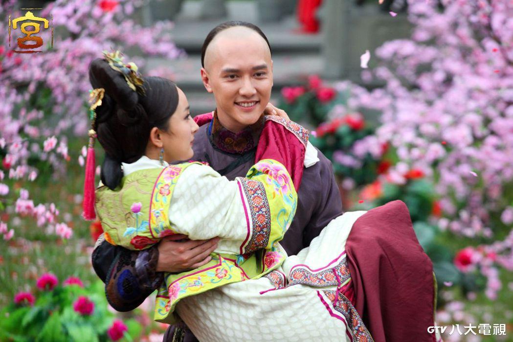 馮紹峰(右)、楊冪合作第三部作品「宮」之後,2人成為好友。圖/八大電視提供