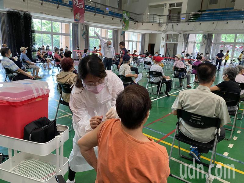 台中市南屯區惠文國小快打站今天75歲以上長者接種AZ疫苗「打氣爆棚」。記者趙容萱/攝影