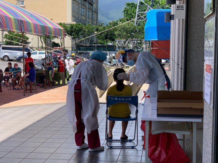 板橋亞東醫院負責的機動篩檢隊明天將前往深坑篩檢。圖/金山區公所提供