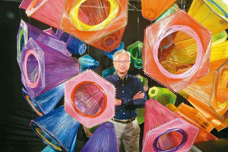 新纖董事長吳東昇與旗下使用新纖PET環保回收紗線創作的藝術作品。(本報系資料庫)