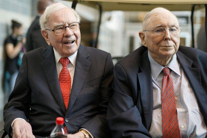 波克夏執行長巴菲特(左)及副董事長孟格(右)日前接受CNBC專訪時,均對鄉民交易平台Robinhood持負面看法。 (美聯社)