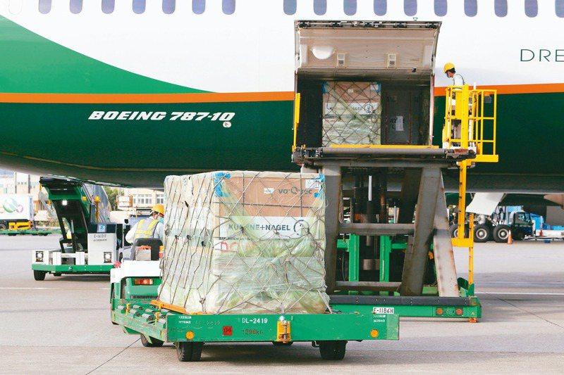 政府採購的莫德納疫苗四十一萬劑,6月30日傍晚由長榮班機從荷蘭運抵桃園機場。記者陳嘉寧/攝影