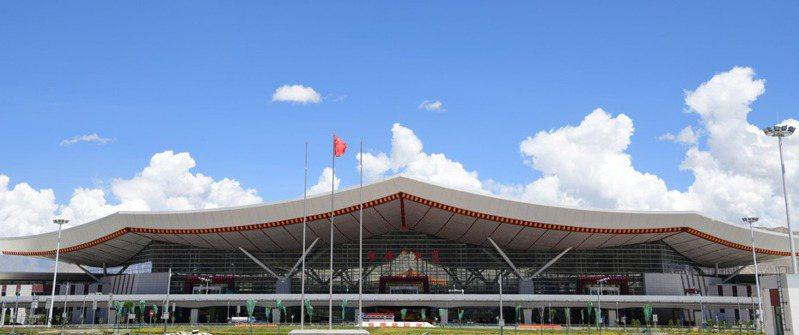 歷時3年餘,拉薩貢嘎國際機場T3航站樓竣工,這意味著西藏最大航站樓將迎接投運。 圖為拉薩貢嘎國際機場T3航站樓外景。   中新社