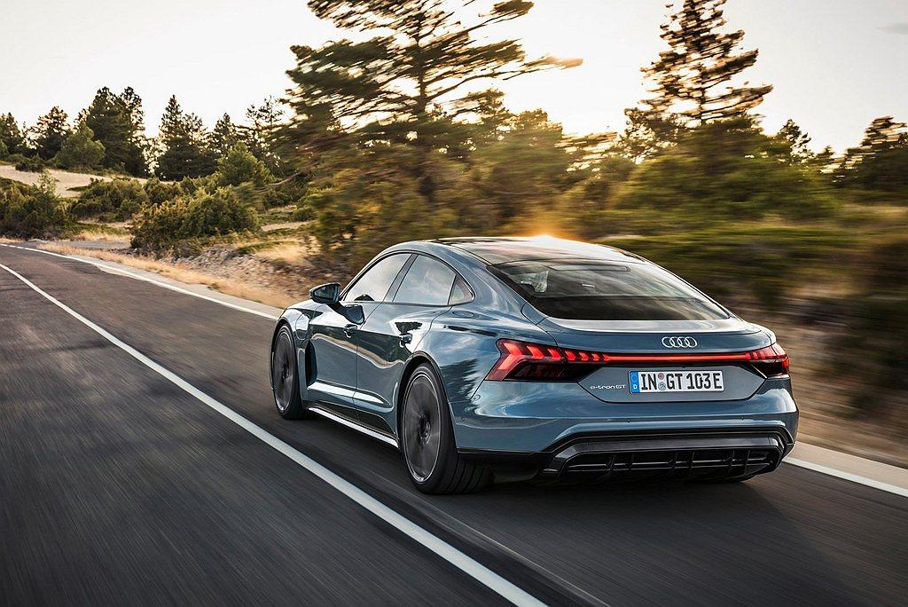 Audi e-tron GT不僅在動力輸出上給予車主性能駕馭感受,更增加主動式氣...