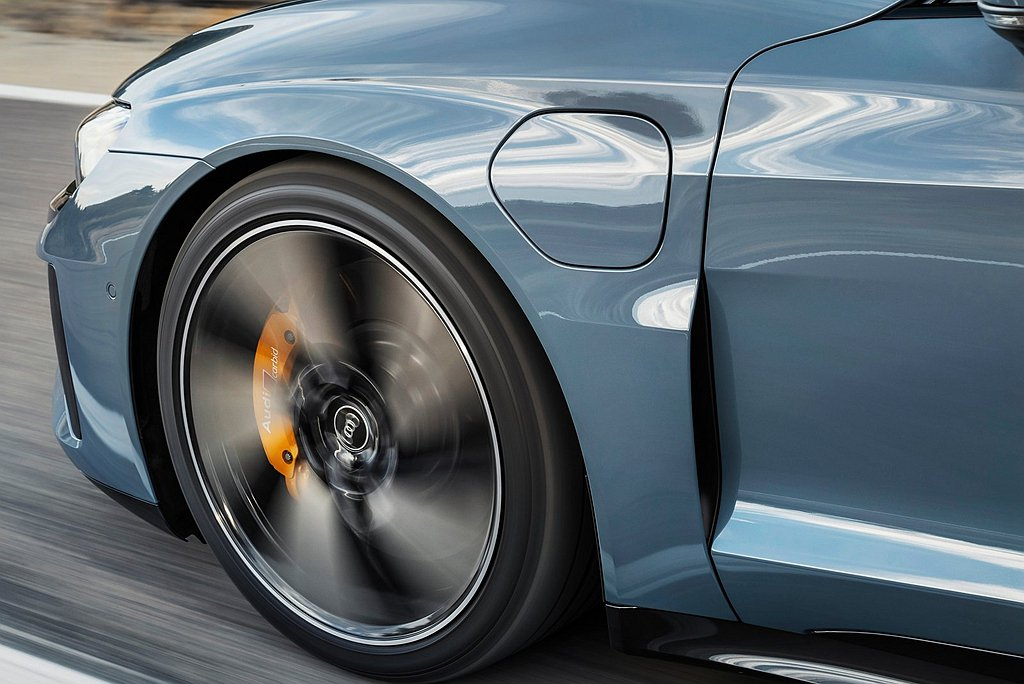 Audi e-tron GT 車系採用兼顧舒適性與運動化的底盤設定,同時車內搭載...