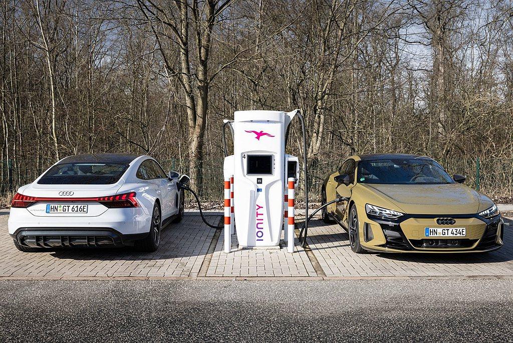 台灣奧迪持續強化充電服務的內容,針對高效充電據點,於Audi桃園及Audi台南展...