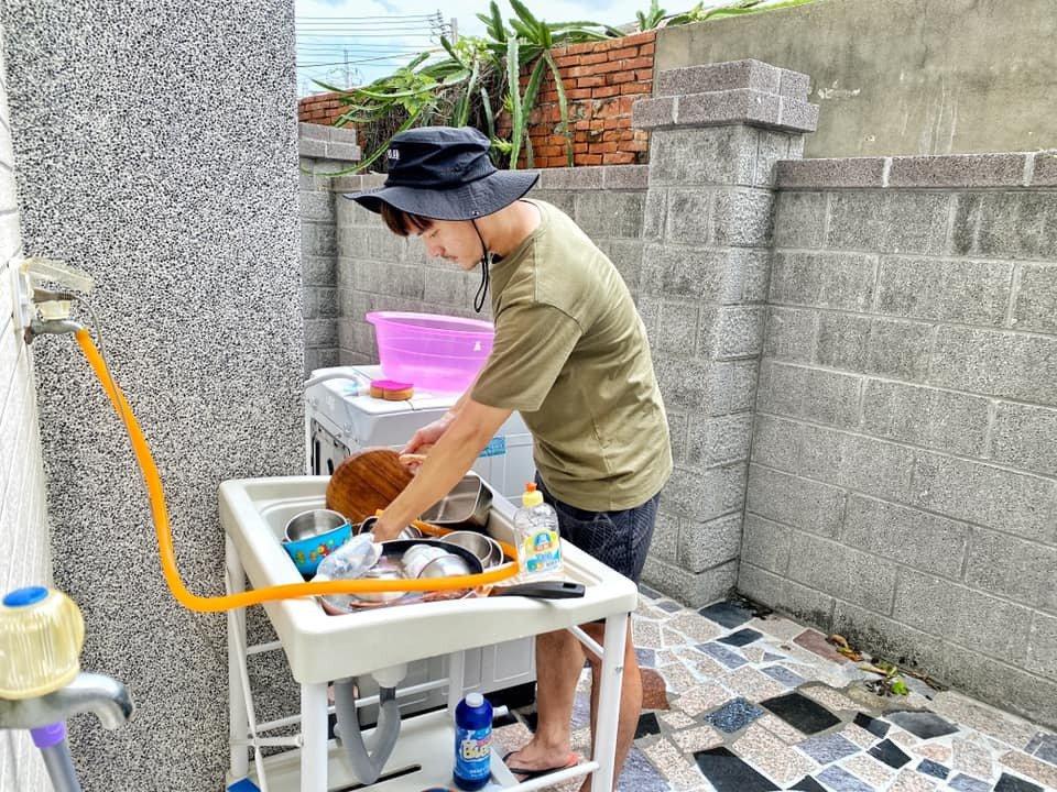 宥勝老婆拍下他洗碗的樣子。 圖/擷自宥勝臉書