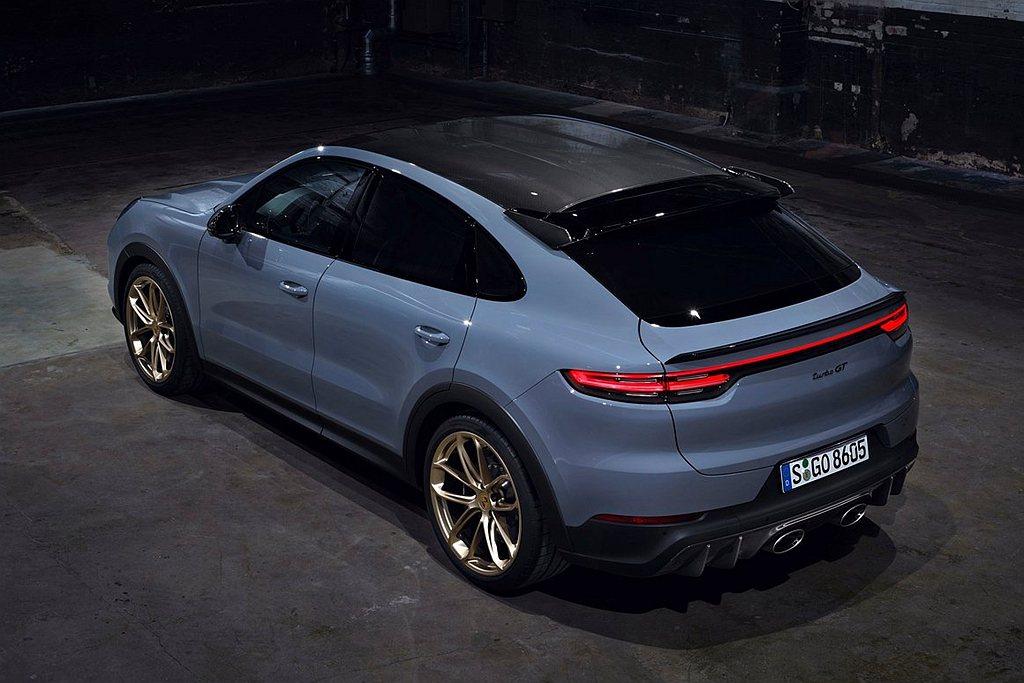 保時捷Cayenne Turbo GT碳纖維形塑出的車頂輪廓,霧面黑色輪拱造型搭...
