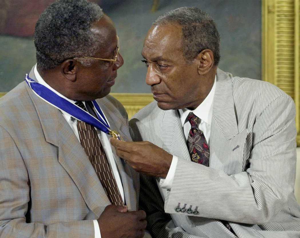 2002年寇斯比(右)獲時任美國總統小布希,頒發象徵美國平民最高榮譽的「總統自由...